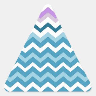 Zigzags azules y blancos de Chevron confinado Pegatina Triangular
