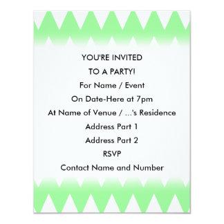 """Zigzags blancos y verdes invitación 4.25"""" x 5.5"""""""