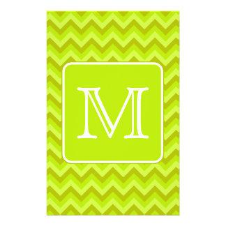 Zigzags de la verde lima con el monograma de encar tarjeton