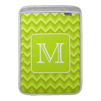 Zigzags de la verde lima con el monograma de encar funda para macbook air