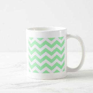 Zigzags de la verde menta y del blanco taza clásica