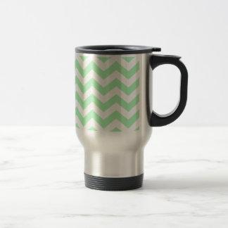 Zigzags de la verde menta y del blanco taza de viaje