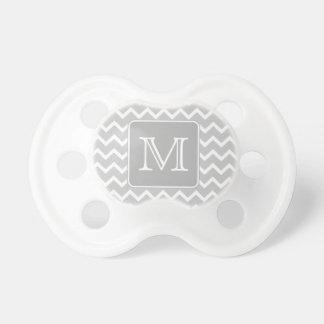 Zigzags grises y blancos con el monograma de encar chupete de bebé