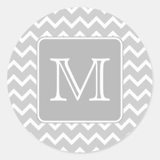Zigzags grises y blancos con el monograma de pegatina redonda