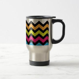 Zigzags negros de Chevron con colores brillantes Taza De Viaje