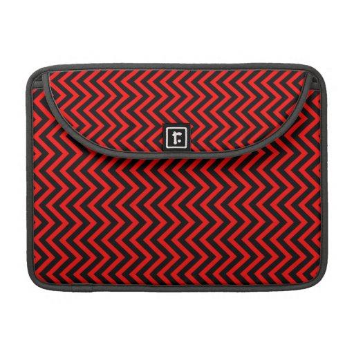 Zigzags negros y rojos (rayas de Chevron) Fundas Macbook Pro