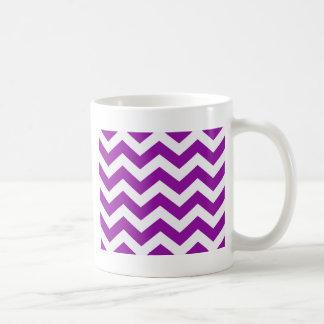 Zigzags púrpuras y blancos de la uva taza clásica