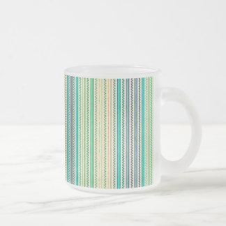 Zigzags y rayas de sombras azules y verdes taza de cristal