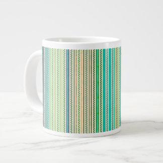 Zigzags y rayas de sombras azules y verdes taza grande
