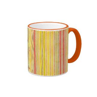 Zigzags y rayas naranja y sombras del amarillo taza de dos colores