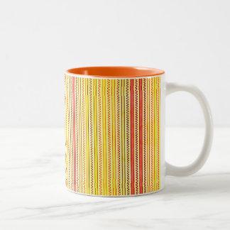 Zigzags y rayas naranja y sombras del amarillo taza de dos tonos