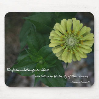 Zinnia amarillo con cita de Eleanor Roosevelt Mouse Pad