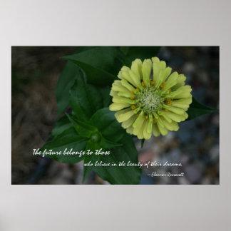 Zinnia amarillo con cita de Eleanor Roosevelt Póster