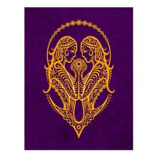Zodiaco amarillo complejo de los géminis en púrpur postal