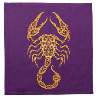 Zodiaco amarillo complejo del escorpión en púrpura servilleta imprimida