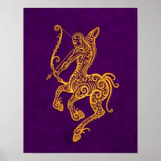 Zodiaco amarillo complejo del sagitario en púrpura posters