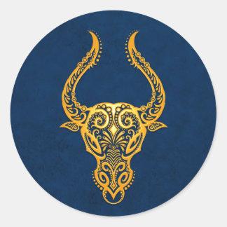 Zodiaco amarillo complejo del tauro en azul pegatinas redondas