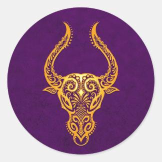 Zodiaco amarillo complejo del tauro en púrpura pegatinas redondas
