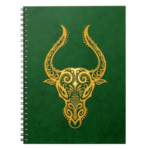 Zodiaco amarillo complejo del tauro en verde cuaderno