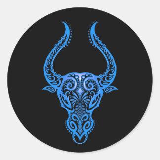 Zodiaco azul complejo del tauro en negro etiqueta redonda