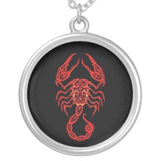 Zodiaco rojo complejo del escorpión en negro colgantes