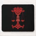 Zodiaco rojo complejo del libra en negro alfombrilla de ratón