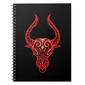 Zodiaco rojo complejo del tauro en negro libro de apuntes con espiral