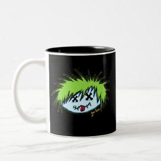 Zombi del tipo en fondo oscuro taza
