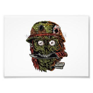 zombi militar con el cuchillo en boca fotografía