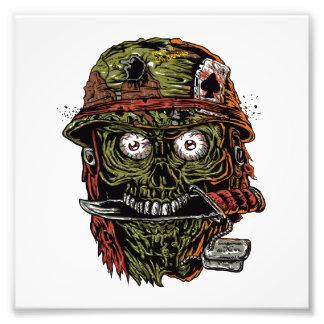 zombi militar con el cuchillo en boca fotografías