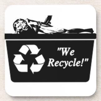 Zombi que recicla el práctico de costa posavasos