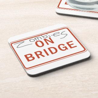 Zombis en el práctico de costa del puente posavasos de bebida
