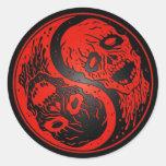 Zombis rojos y negros de Yin Yang Etiquetas Redondas