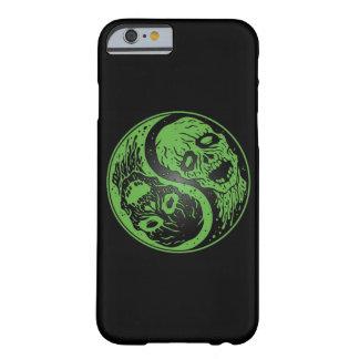 Zombis verdes y negros de Yin Yang Funda De iPhone 6 Barely There