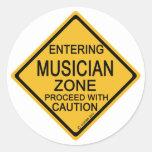 Zona del músico que entra etiquetas redondas