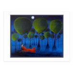 Zorro rojo con los árboles en la noche tarjeta postal