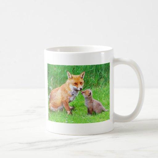 Zorro y cachorro de la madre taza de café