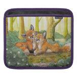 Zorros lindos que descansan en bosque mangas de iPad